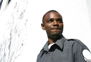 Afro-Amerikaanse bewaker houdt grimas foto