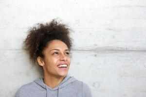 zorgeloze vrolijke jonge Afro-Amerikaanse vrouw foto