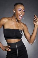 Afrikaanse Amerikaanse vrouw die aan hoofdtelefoons luistert foto