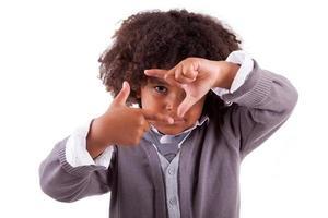 kleine jongen frame ondertekenen met zijn handen maken foto