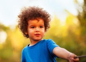 Afro-Amerikaanse jongen, buiten foto