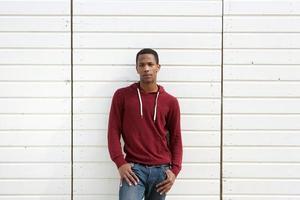 Afro-Amerikaanse man die tegen een witte achtergrond foto