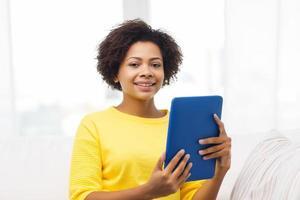 gelukkig Afro-Amerikaanse vrouw met tablet pc foto