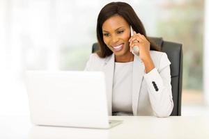 Afro-Amerikaanse zakenvrouw praten op mobiele telefoon foto