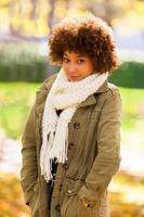 herfst buiten portret van een Afro-Amerikaanse jonge vrouw foto