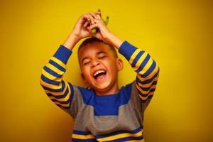 schattige jonge jongen en speelgoed foto