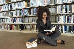jonge vrouw in de bibliotheek
