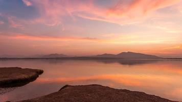 schemering op een bergmeer foto