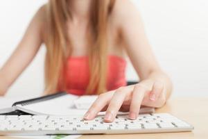 vrouw met handen op computertoetsenbord foto