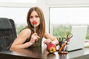 student meisje werkt op de computer