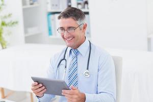 mannelijke arts met behulp van tablet-computer foto
