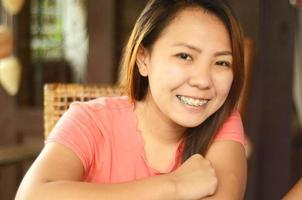 Aziatische vrouw die lacht foto