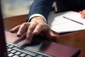 zakenman handen typen op een computertoetsenbord foto