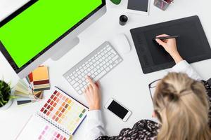 grafisch ontwerper werkplek foto
