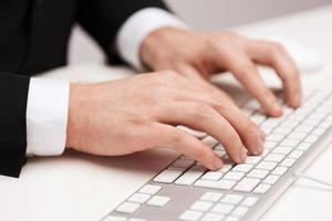 zakenman die met toetsenbord werkt foto