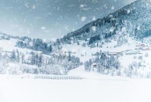 huis in de bergen op de winter foto
