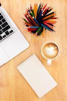 bovenaanzicht werkruimte met computer en koffie foto