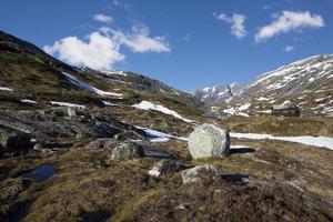 bergen met bolder en hut foto