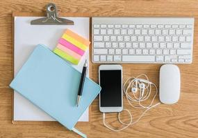 kantoortafel met klembord, notitieblok, computertoetsenbord en muis