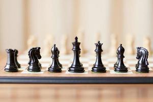 schaakstukken ingesteld op schaakbord foto