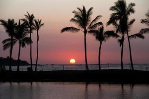zonsondergang op het grote eiland van Hawaï foto