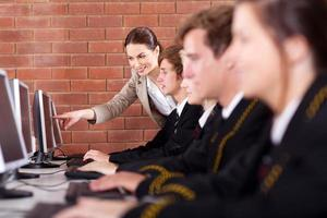 middelbare scholieren en leraar foto