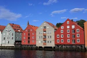 oude pakhuizen in de stad Trondheim, Noorwegen foto