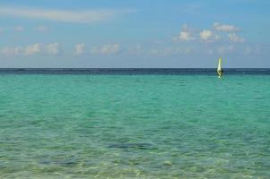 sailboarder op de oceaan