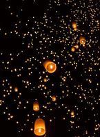 drijvende Aziatische lantaarns foto