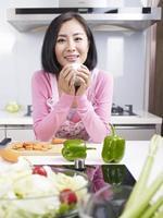 lachende Aziatische huisvrouw foto