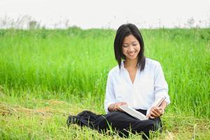 Aziatische studie lachend tijdens het lezen foto