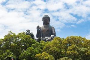 gigantische Boeddha zittend op lotus foto