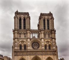 gevel torens bewolkt notre dame kathedraal parijs frankrijk foto