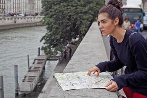 meisje met kaart in Parijs foto