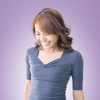 verlegen Aziatisch meisje glimlachen foto
