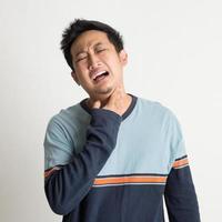 Aziatische mannelijke keelpijn foto