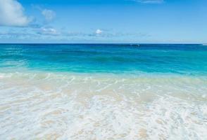 oceaan en tropische zandstrand achtergrond foto