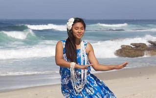 mooie tiener hula danser op een leeg strand foto