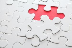 puzzel met ontbrekend rood stuk foto