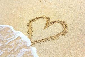 hart in het zand foto