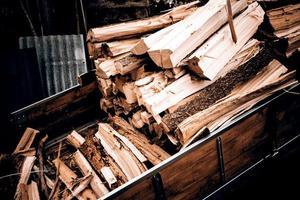 hout tractor met hout voor brand foto