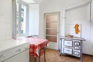 oude keuken met kachel in normaal interieur foto