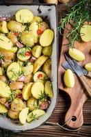het bereiden van gebakken aardappelen met kruiden en knoflook foto
