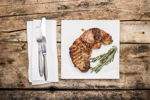 gegrilde biefstuk versierd met een bosje rozemarijn