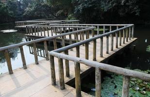 de zigzag houten stenen bestratingsbrug foto