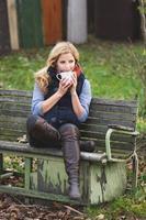 lachende modieuze blonde warme drank drinken foto