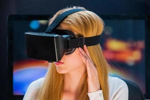 meisje in hoofd gemonteerde display foto
