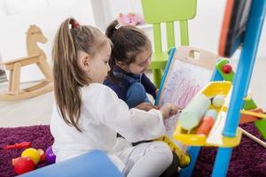 kleine meisjes tekenen in de kamer