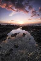 zonsondergang vanaf het eiland Maui, Hawaï foto
