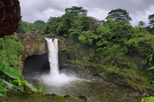 regenboog valt op groot eiland foto